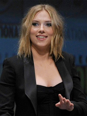 ... cuts Scarlett Johansson's hair. Scarlett was sporting her new short ...